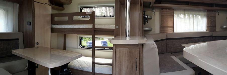 Panorama Hinterer Sitz- und Schlafbereich mit Etagenbett