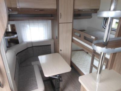 Hintere Sitz- und Schlafecke mit Etagenbetten