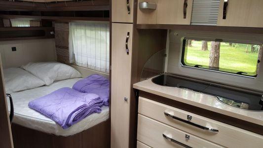Doppelbett und Küche
