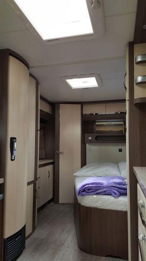 Schlafbereich mit Blick auf Durchgang zu Etagenbetten